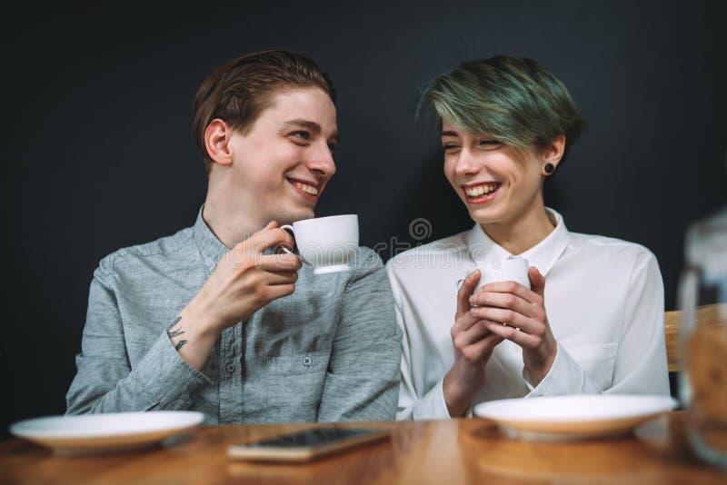 Cafeteria för parförhållandedrink som skrattar datumet royaltyfria bilder