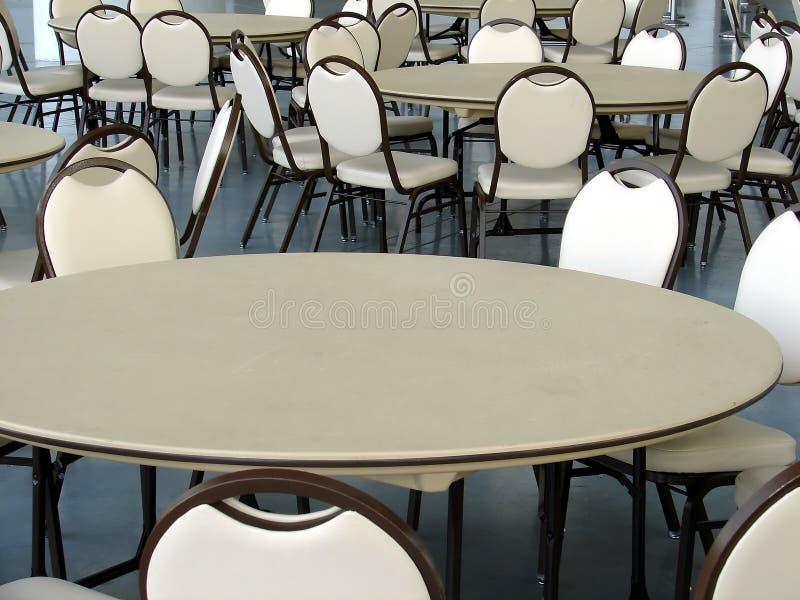 Cafeteria-Tabellen und Stühle stockbild
