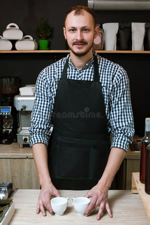 Cafeterian shoppar den tjänste- baristaföretagsägaren royaltyfri foto