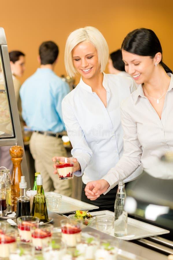 Cafeterianahrungsmitteljunge Frau wählen Nachtisch stockfoto