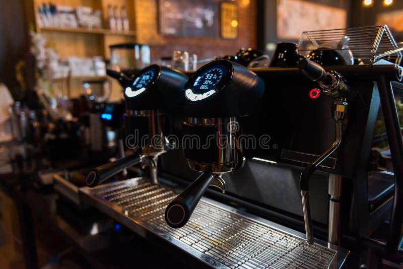 Cafetière moderne Espresso avec contrôle numérique dans le café photos stock
