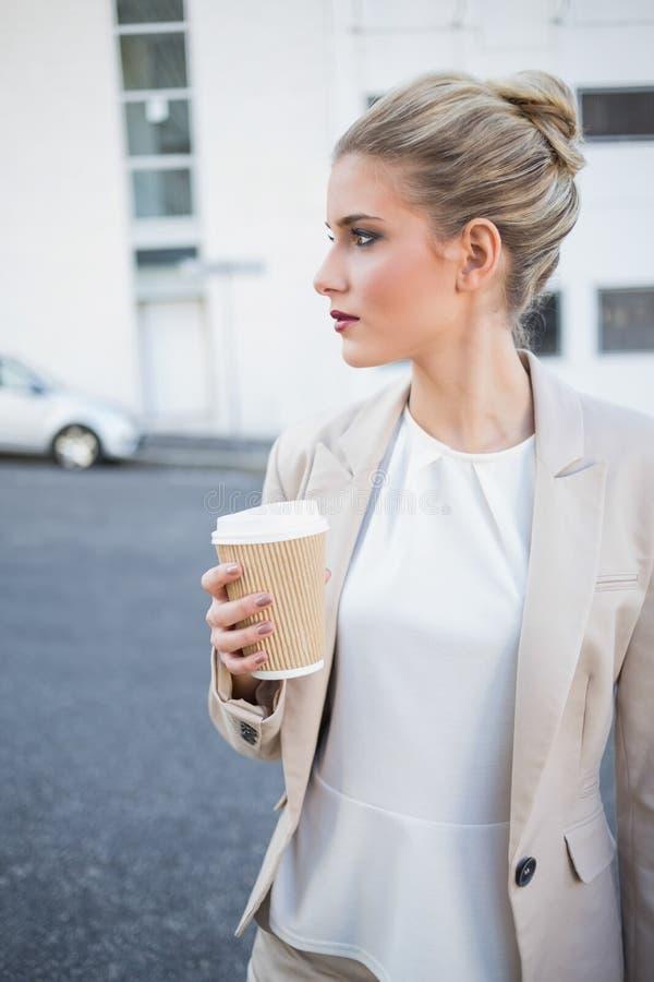 Caffè alla moda pacifico della tenuta della donna di affari fotografia stock