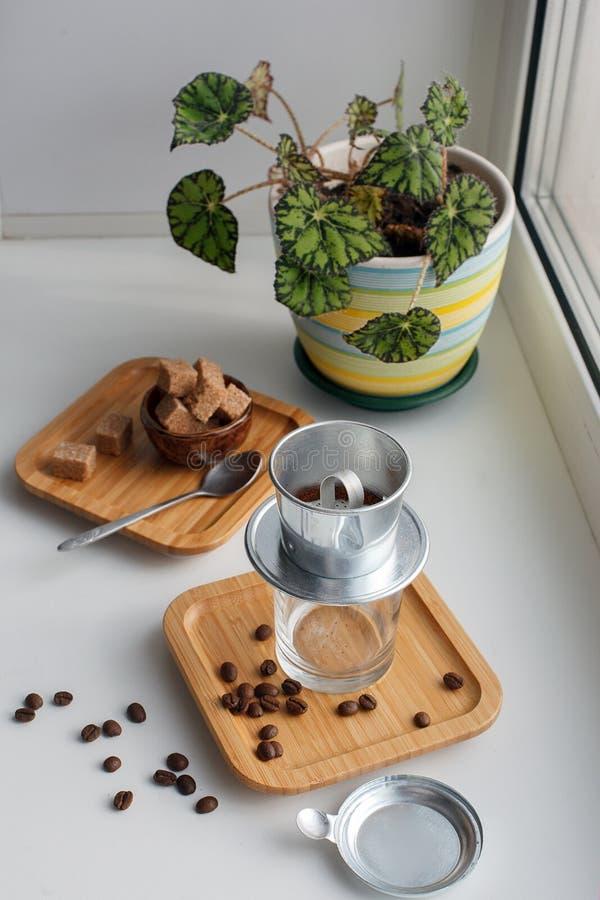 Caffè alternativo che fa, filtro fasian per produrre caffè espresso con il latte dello zucchero, fondo di rilassamento di mattina fotografie stock