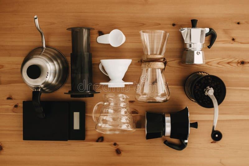 Caffè alternativo che fa l'insieme di metodo, disposizione piana Accessori e oggetti alla moda per caffè alternativo sulla tavola immagine stock libera da diritti