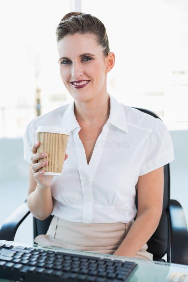 Caffè attraente felice della tenuta della donna di affari fotografie stock