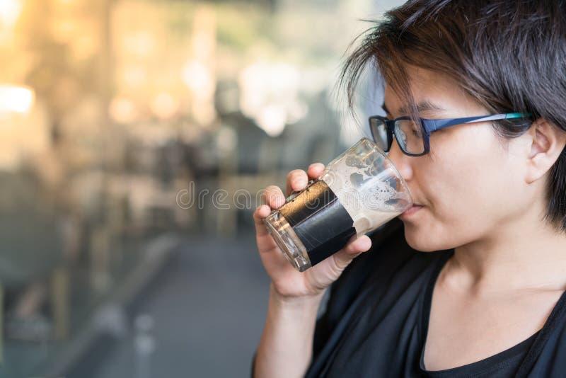Caffè bevente in caffè fotografia stock libera da diritti