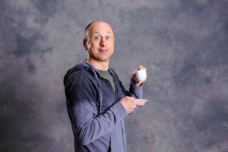 Caffè bevente del giovane uomo calvo fotografie stock