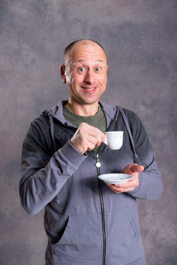 Caffè bevente del giovane uomo calvo fotografie stock libere da diritti