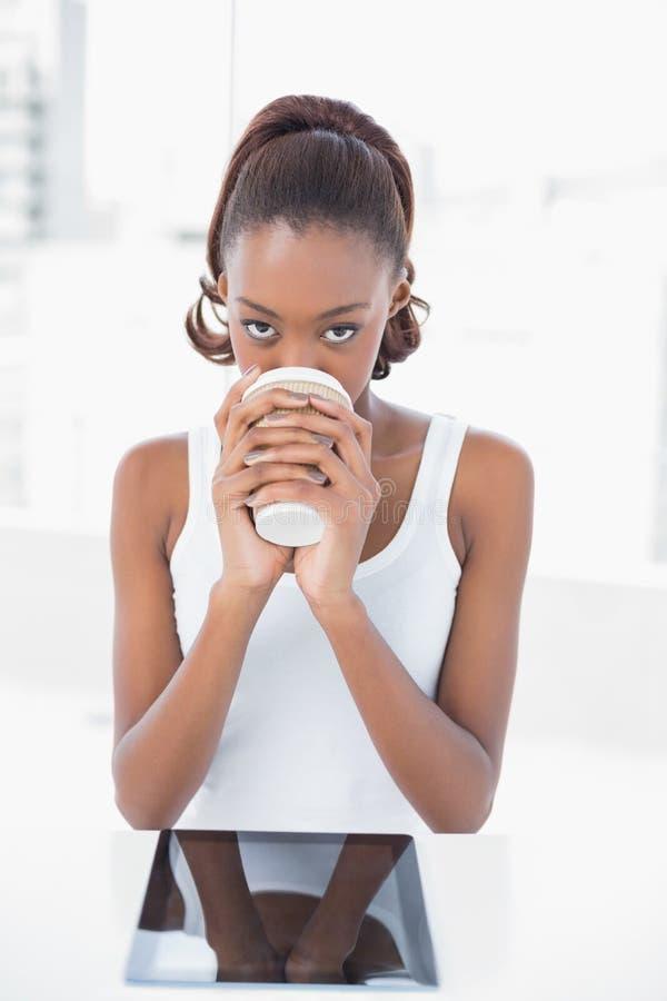 Caffè bevente del modello sportivo felice fotografie stock