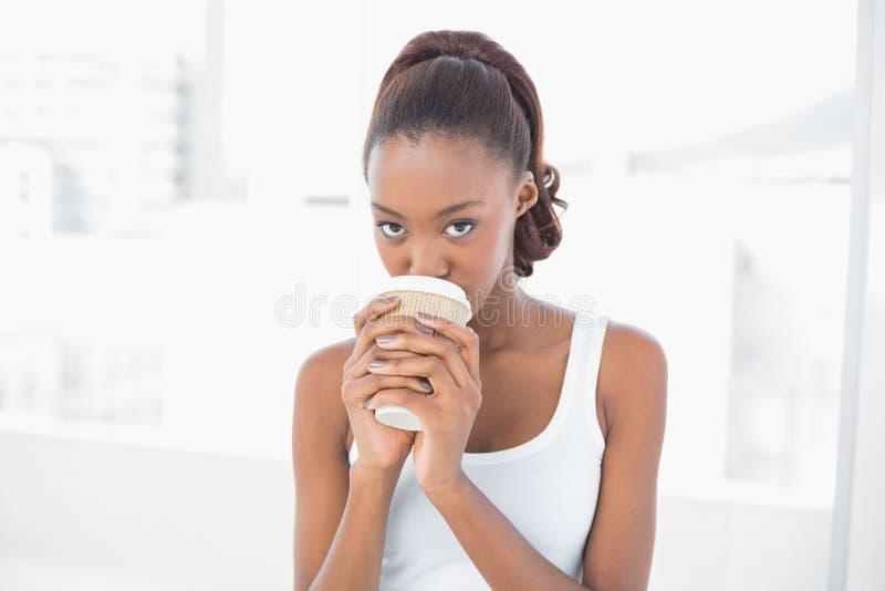 Caffè bevente del modello sportivo sveglio fotografie stock libere da diritti