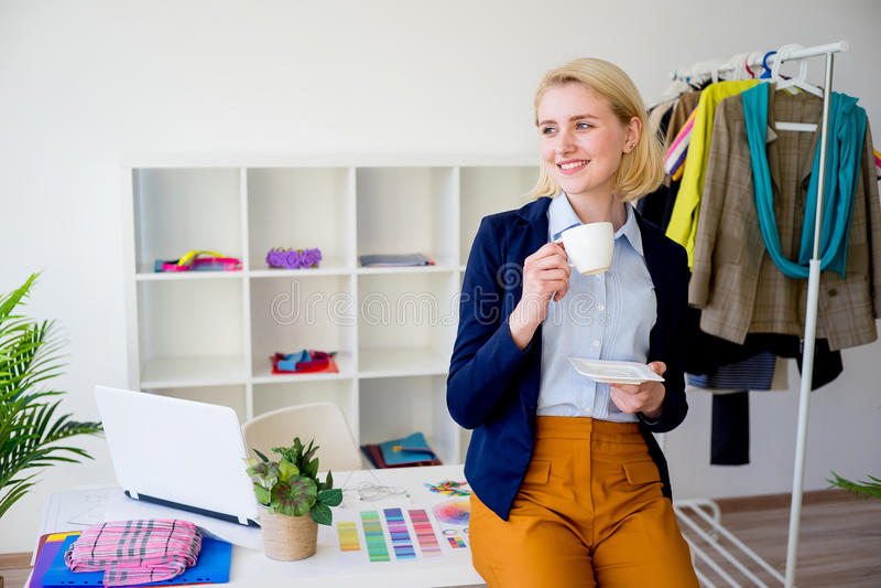 Caffè bevente del progettista femminile immagine stock libera da diritti