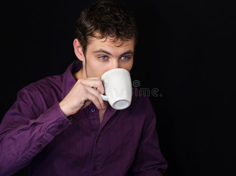 Caffè bevente dell'uomo d'affari fotografie stock