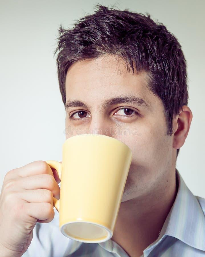 Caffè bevente dell'uomo stanco di mattina fotografie stock libere da diritti