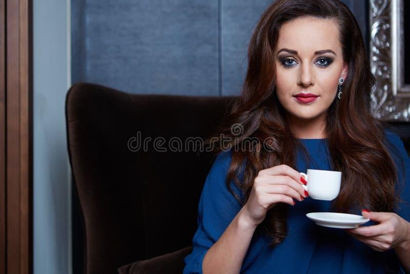 Caffè bevente della bella donna immagine stock