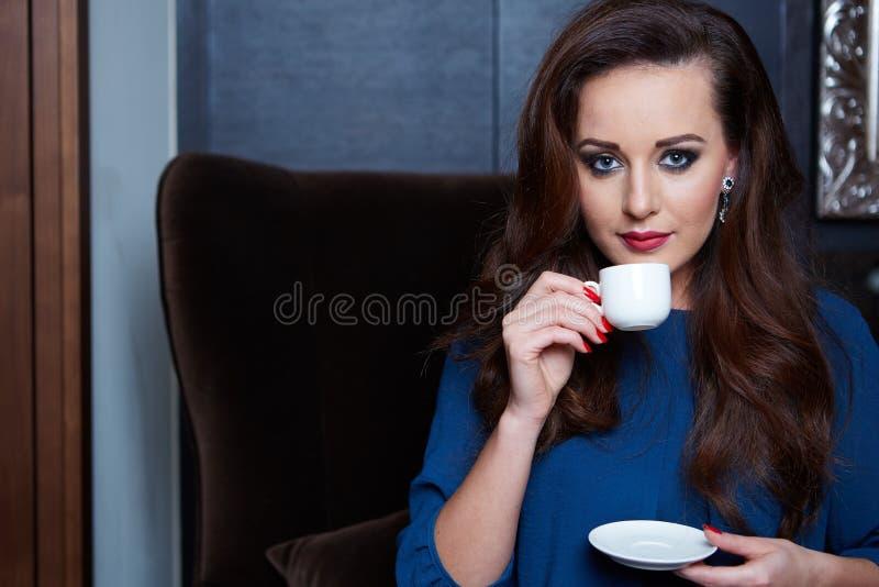 Caffè bevente della bella donna fotografia stock