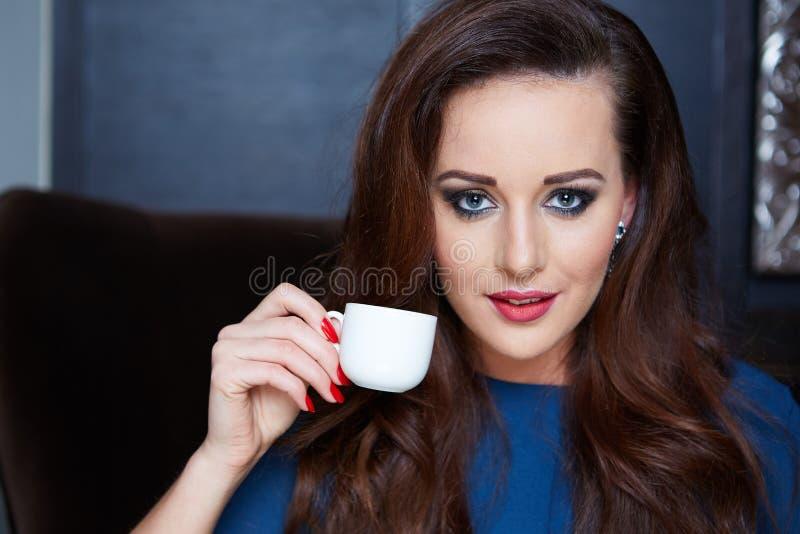 Caffè bevente della bella donna fotografie stock libere da diritti