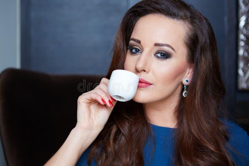 Caffè bevente della bella donna immagine stock libera da diritti
