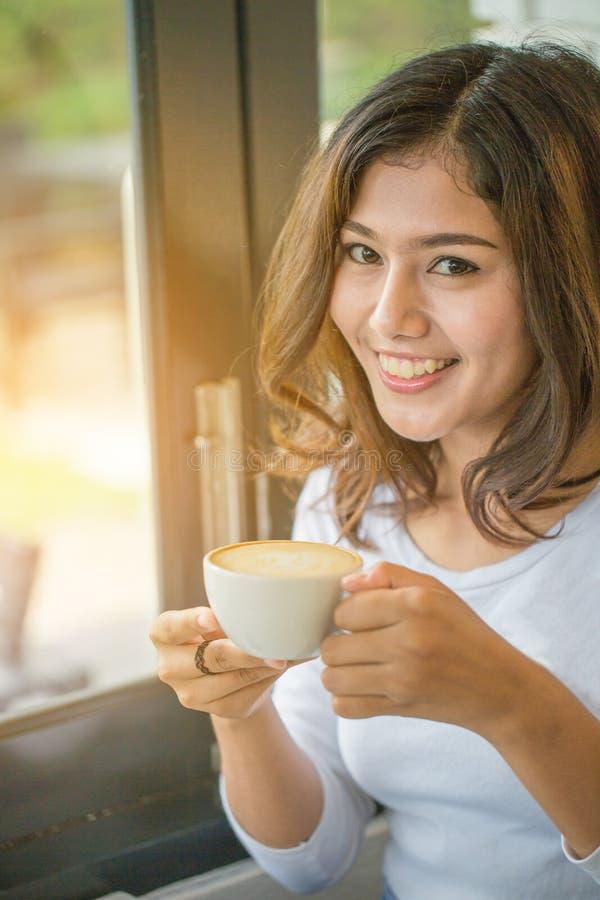 Caffè bevente della donna asiatica immagine stock