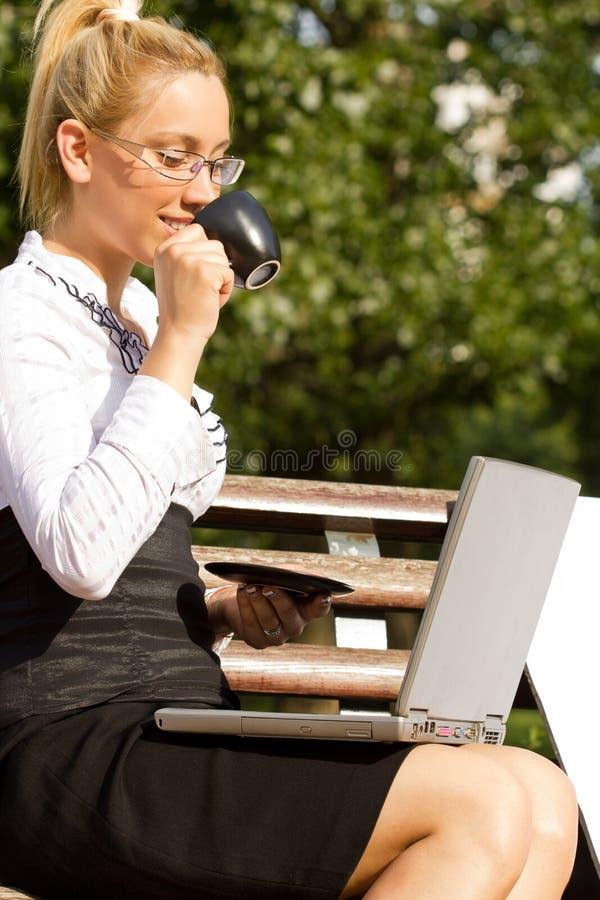 Caffè bevente della donna di affari immagini stock libere da diritti