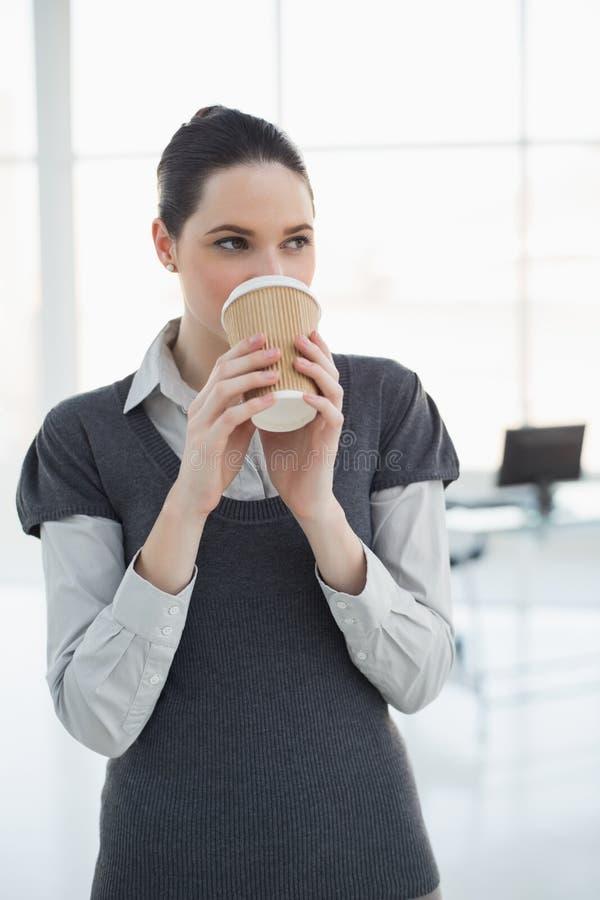 Caffè bevente della donna di affari abbastanza giovane fotografia stock libera da diritti