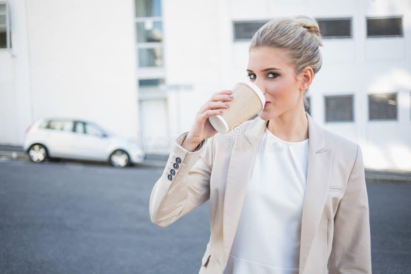 Caffè bevente della donna di affari alla moda allegra fotografia stock