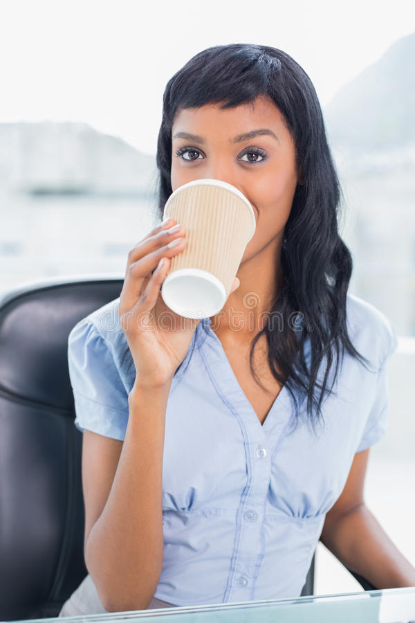 Caffè bevente della donna di affari calma fotografia stock libera da diritti