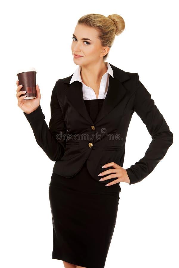 Caffè bevente della donna di affari di sorriso dalla tazza di carta immagine stock libera da diritti