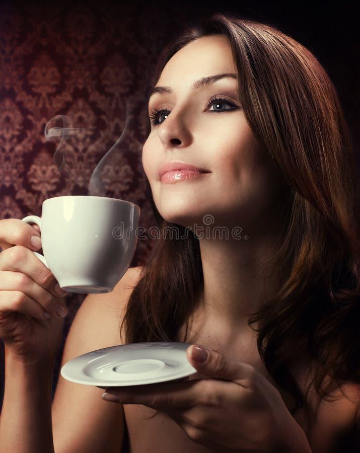 Caffè bevente della donna di Beautuful immagini stock libere da diritti
