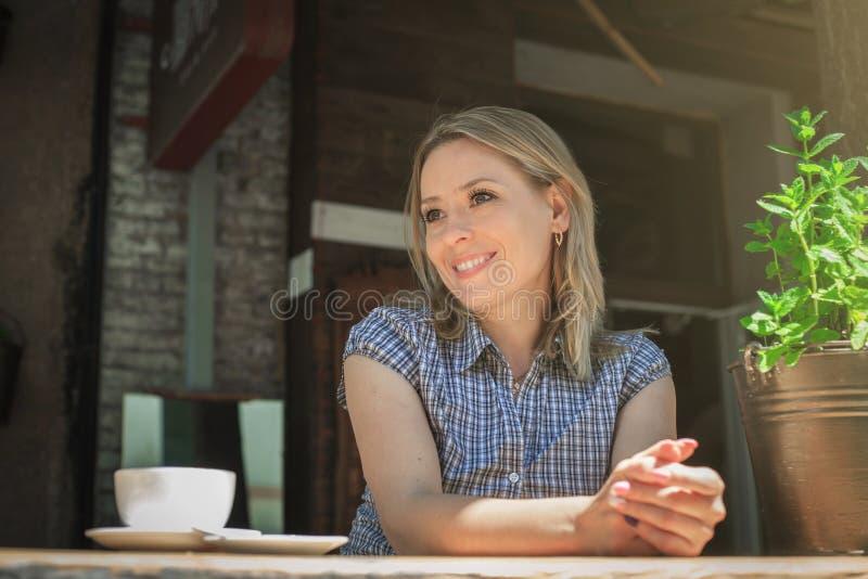 Caffè bevente della donna di mattina al ristorante fotografia stock