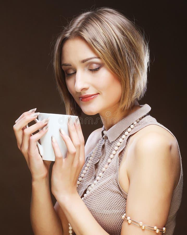 Download Caffè Bevente Della Donna Graziosa Giovane Immagine Stock - Immagine di mangi, biscotto: 55358249