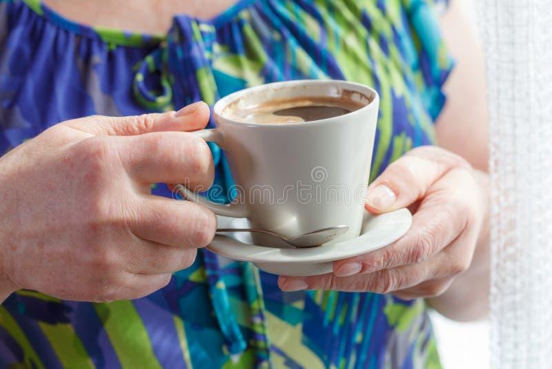 Caffè bevente della donna maggiore immagini stock