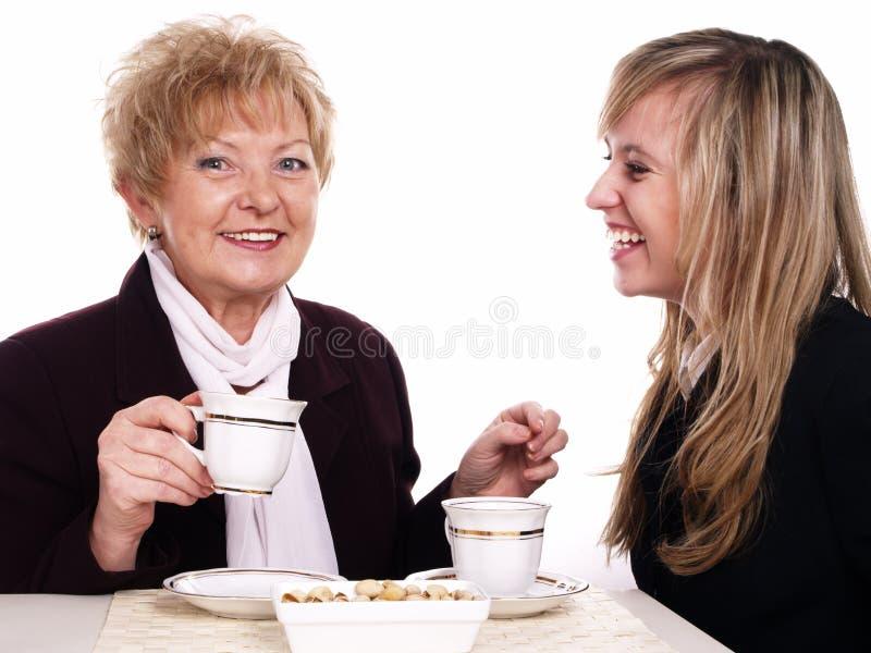 Caffè bevente della figlia e della madre fotografie stock libere da diritti