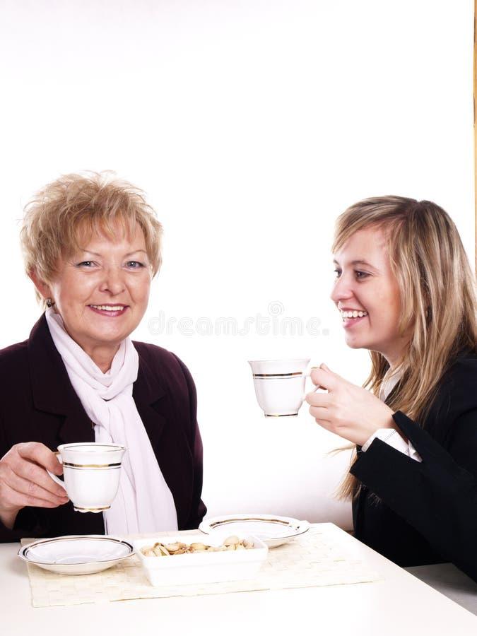 Caffè bevente della figlia e della madre fotografia stock