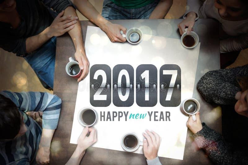 Caffè bevente della gente intorno al messaggio del nuovo anno illustrazione di stock