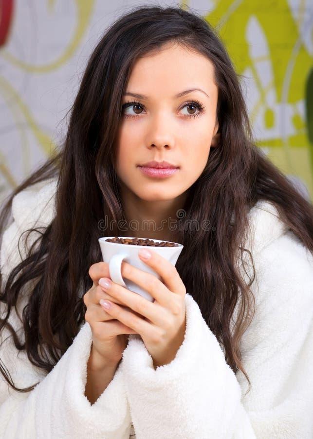 Caffè bevente della giovane donna fotografia stock libera da diritti