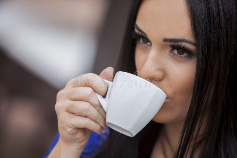 Caffè bevente della ragazza fotografia stock libera da diritti