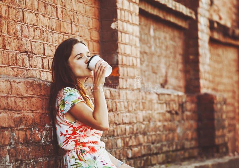 Caffè bevente della ragazza fotografie stock