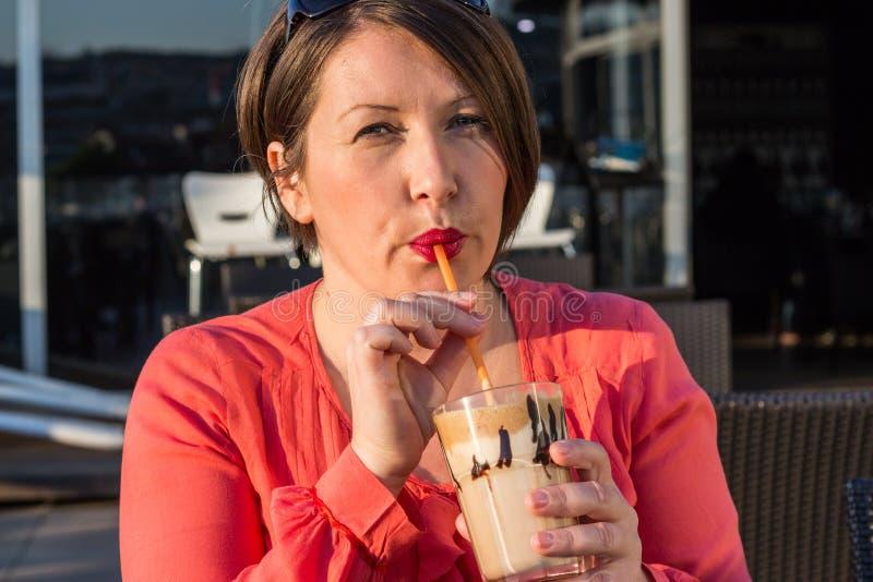 Caffè bevente della ragazza e godere di bello Sunny Day Outside fotografia stock libera da diritti