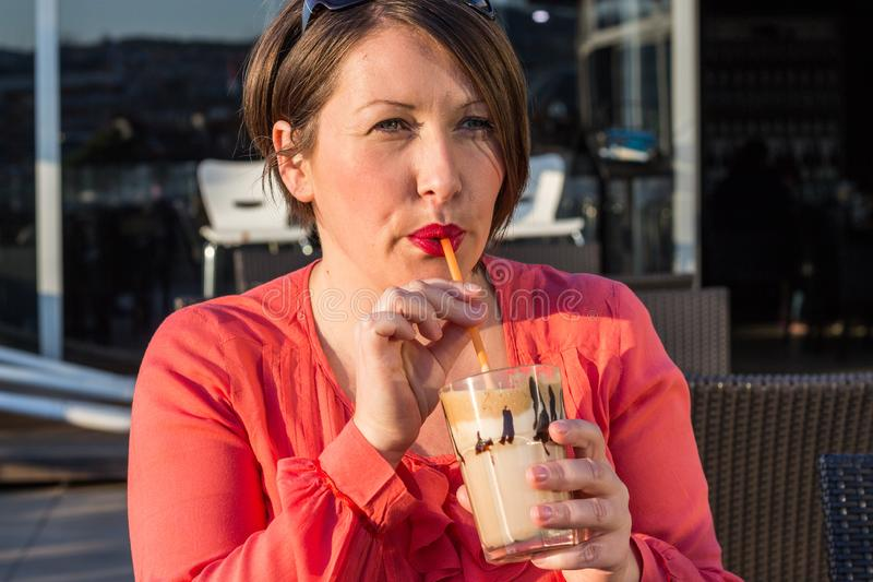 Caffè bevente della ragazza e godere di bello Sunny Day Outside immagini stock libere da diritti