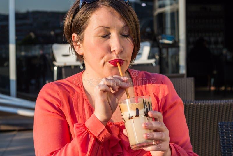 Caffè bevente della ragazza e godere di bello Sunny Day Outside immagine stock