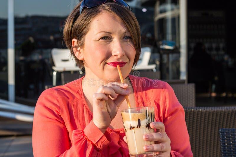 Caffè bevente della ragazza e godere di bello Sunny Day Outside fotografia stock