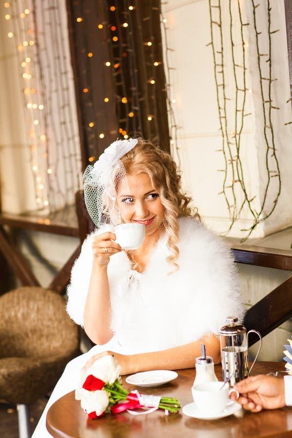 Caffè bevente della sposa ad un caffè all'aperto immagine stock