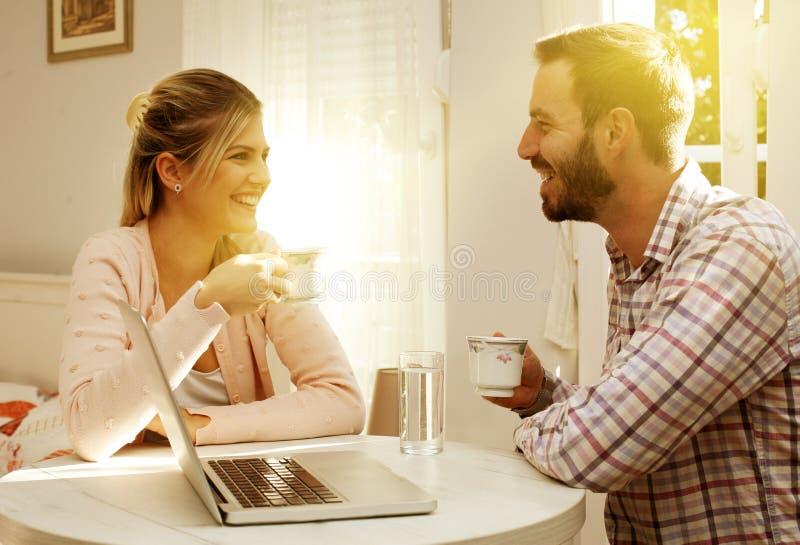 Caffè bevente delle coppie Chiuda sull'immagine fotografia stock libera da diritti