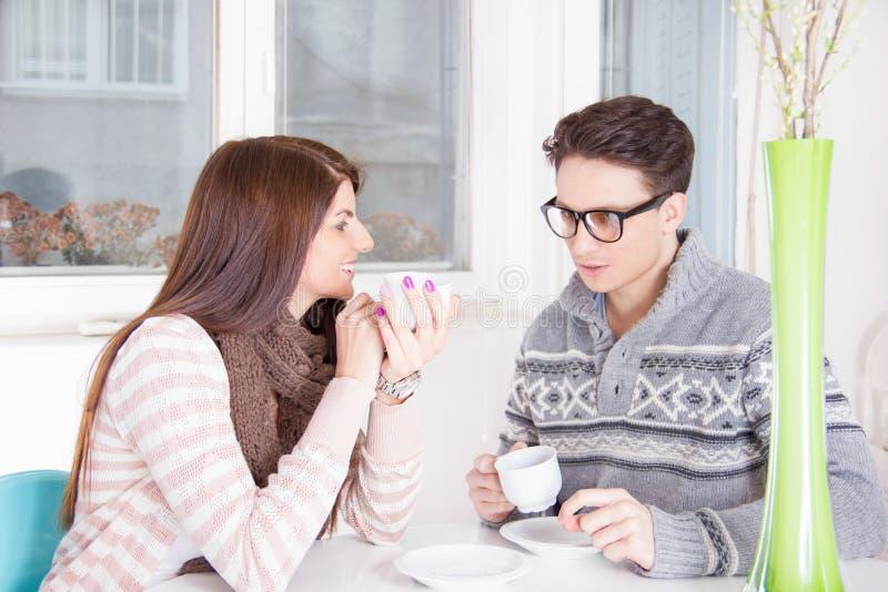 Caffè bevente delle coppie insieme a casa fotografie stock