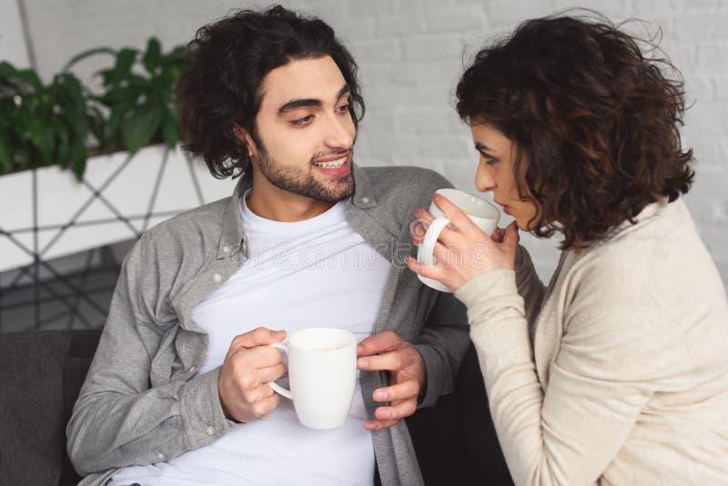 caffè bevente delle giovani coppie nella mattina immagine stock