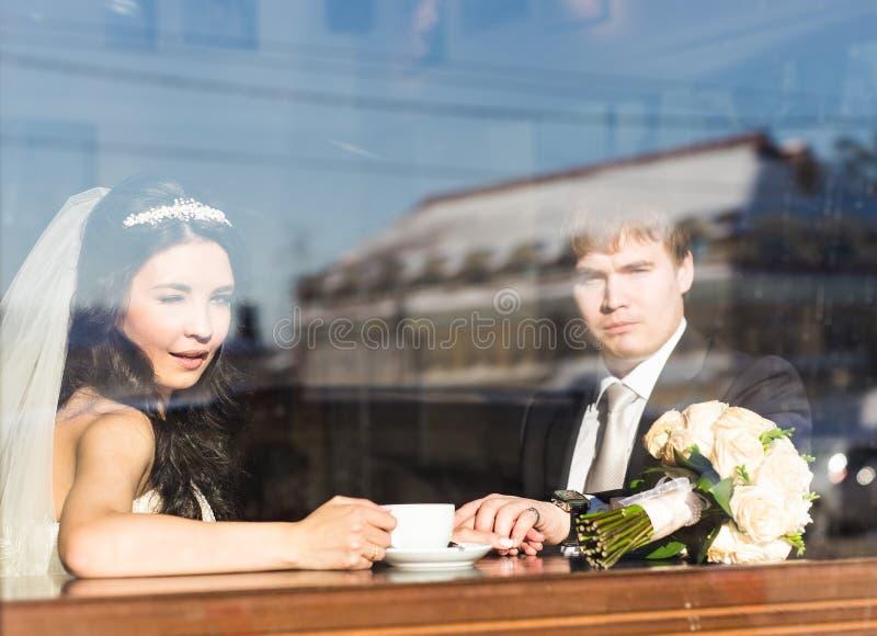 Caffè bevente dello sposo e della sposa in caffè immagini stock