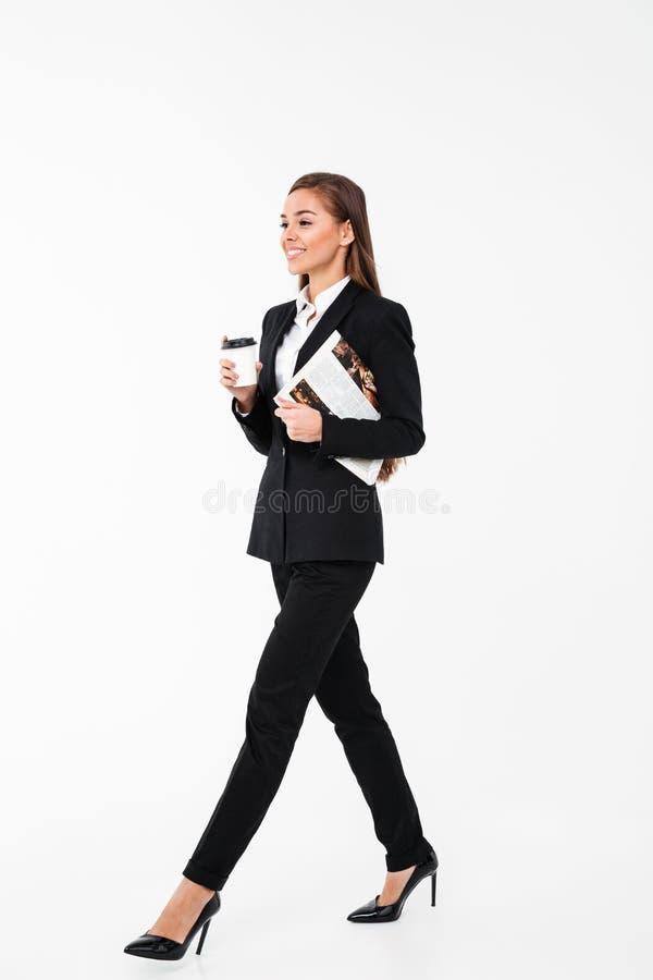 Caffè bevente di affari della donna del giornale felice della tenuta fotografie stock libere da diritti