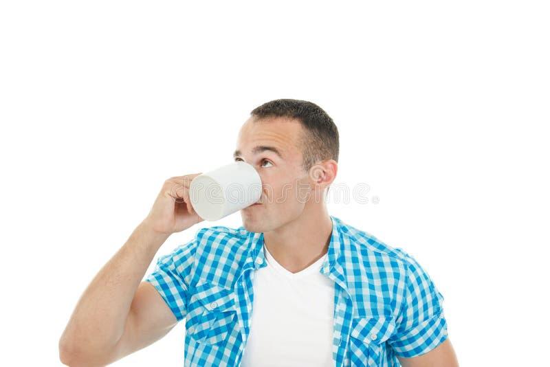 Caffè bevente o tè del giovane tipo muscolare che lo gode fotografie stock libere da diritti