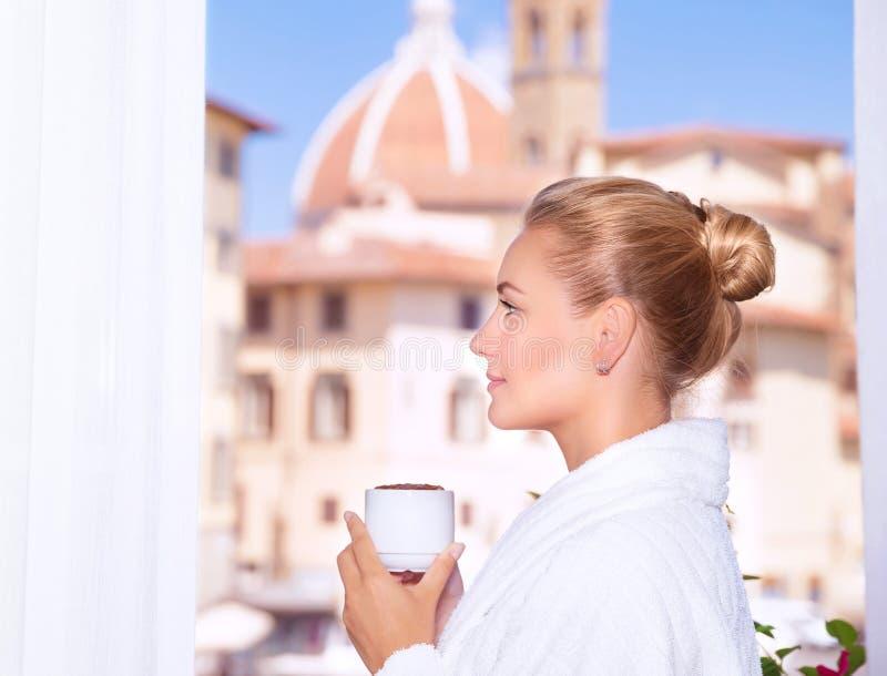 Caffè bevente sul balcone fotografia stock