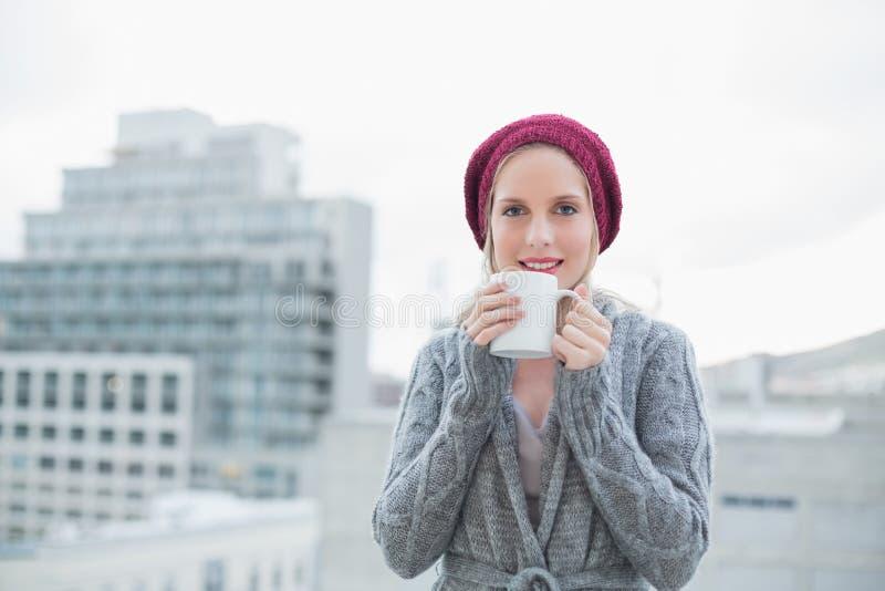 Caffè biondo splendido sorridente della tenuta all'aperto immagine stock